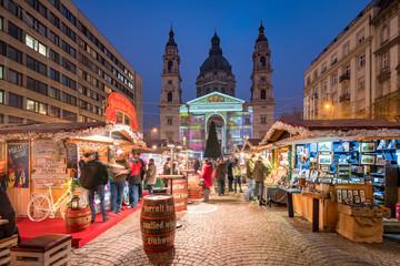 Weihnachtsmarkt auf dem St. Stephans-Platz in Budapest, Ungarn