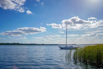 Segelyacht liegt vor Anker auf dem See