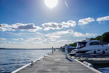 Steganlage auf einem See mit Motoryachten