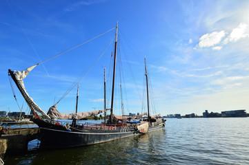 Jacht przy keji w pogodny, słoneczny dzień.