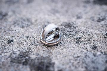Gold, Silber Eheringe am Naturstein von einem Schloss.
