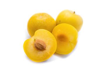gelbe Pflaumen Pflaume mirabelle mirabellen isoliert freigestellt auf weißen Hintergrund, Freisteller