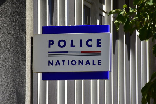 """Panneau """"Police nationale"""" écrit en français, France"""