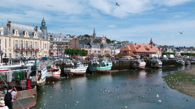 Chalutiers dans le port de pêche de Trouville sur Mer, en Normandie (France)
