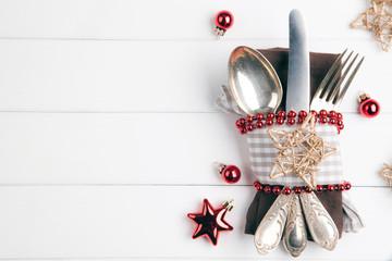 Weihnachten Essen mit Besteck auf weißem Holz Hintergrund