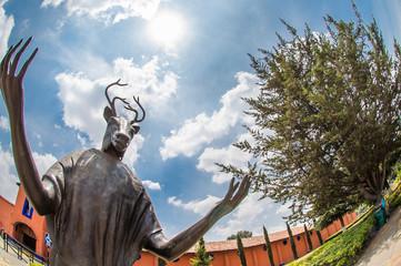 esculturas al aire libre, cielo azul, pico de ave, cabeza de todo, arboles, cielo azul