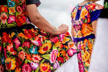 mujer mexicana con falda floreada bordado a mano bailando en la guelaguetza con flores istmeñas baile flores oaxaca Fotobehang
