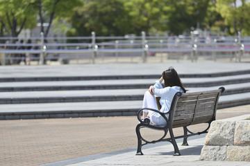 公園のベンチで休憩