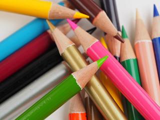 様々な色を揃えた色鉛筆の俯瞰撮影