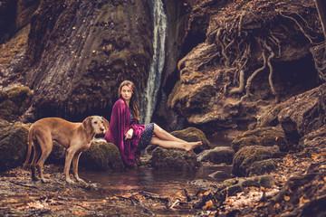 Mädchen am Wasserfall mit Hund