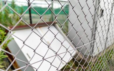 フェンスと倒れた物置の写真