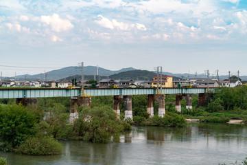 古い鉄橋と街並み