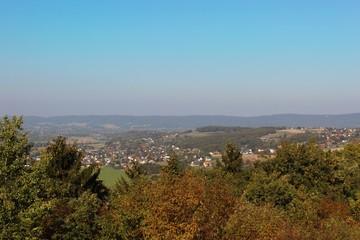 Weiter Blick auf die Stadt Vlotho (Kreis Herford, Nordrhein-Westfalen), die Weser und im Hintergrund das Wiehengebirge