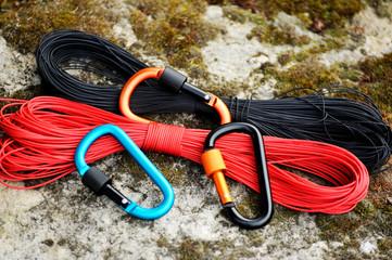Foto op Aluminium Alpinisme Metal carabine and rope . Photo of colored carabines. Climbing concept