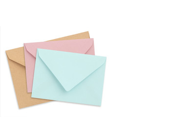 Briefumschläge auf weißem Hintergrund