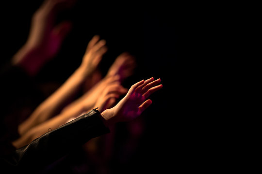 Uitgestrekte armen in aanbidding