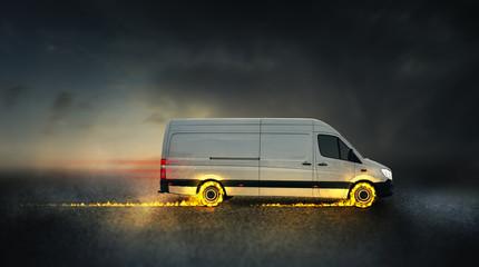 schneller Lieferwagen mit brennenden Reifen