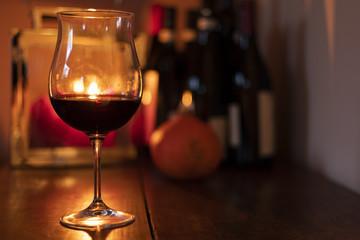 Calice di vino con candele sullo sfondo 47c6fd40a566