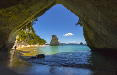 Foto auf Gartenposter Cathedral Cove Landscape View through rock arch towards Te Hoho Rock at Cathedral Cove, Coromandel Peninsula - New Zealand