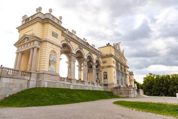 Die Gloriette im Schloßpark von Schönbrunn in Wien
