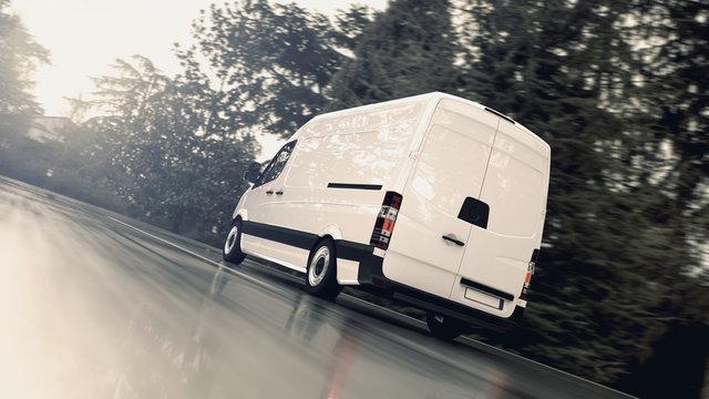 Weißer Transporter fährt schnell auf einer nassen Landstraße der Sonne entgegen