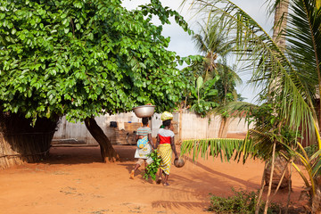 Donne in un villaggio in Benin, Africa