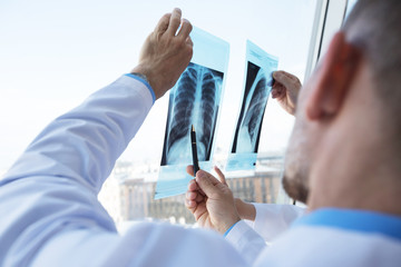 Doctors discuss and looking x-ray