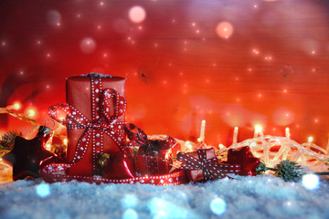 Weihnachtsgeschenke - kleine Päckchen liebevoll verpackt - Weihnachtshintergrund mit Textfreiraum