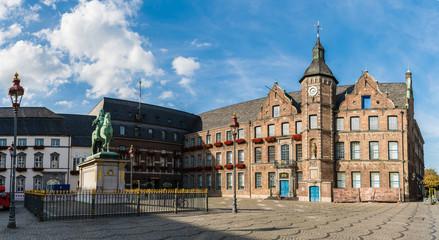 Altes Rathaus und Jan Wellem Reiterstandbild auf dem Marktplatz in Düsseldorf