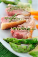 Lamm Kotelett rosa gebraten mit Karotten und grüner Spargel