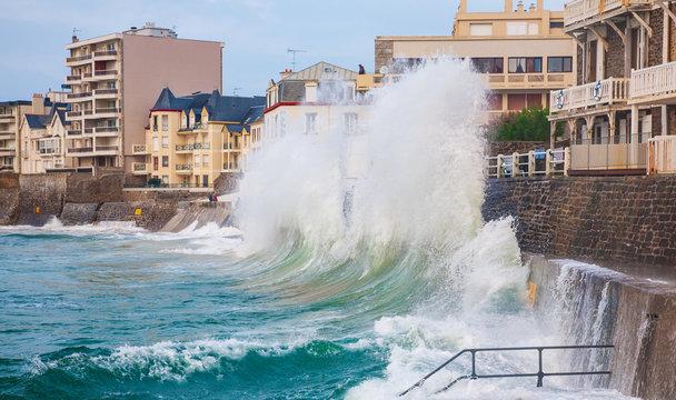 Crushing waves in Saint Malo