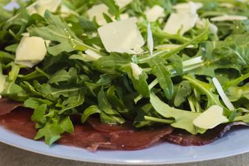 piatto di bresaola rucola e parmigiano