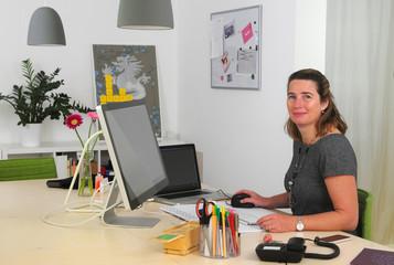 Businessfrau am Schreibtisch