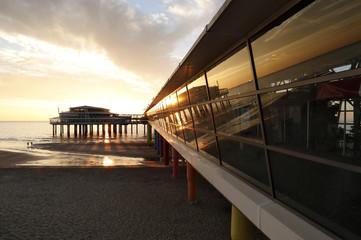 Pier am Scheveningen Strand bei Den Haag im Sonnenuntergang