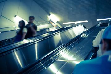 エスカレーターで移動する人々
