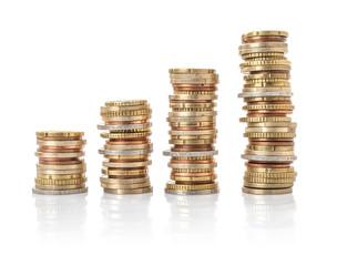 Vier Geldstapel vor weißem Hintergrund