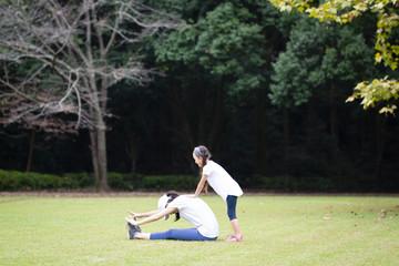 体操をする母と娘