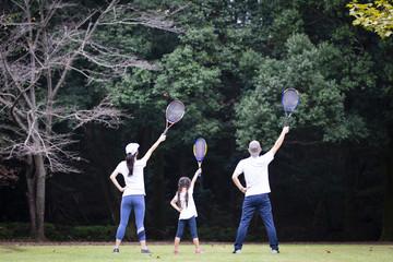 テニスラケットを持った家族