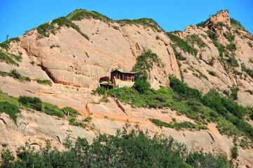 tempio buddista nella roccia
