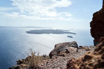 Schöner Ausblick auf eine Vulkaninsel im Meer in Griechenland Santorini