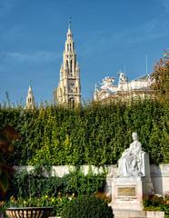 Kaiserin Elisabeth Denkmal im Wiener Burggarten  mit Wiener Rathaus