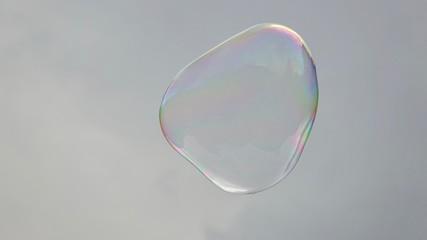 Fliegende Seifenblase, neutraler Hintergrund