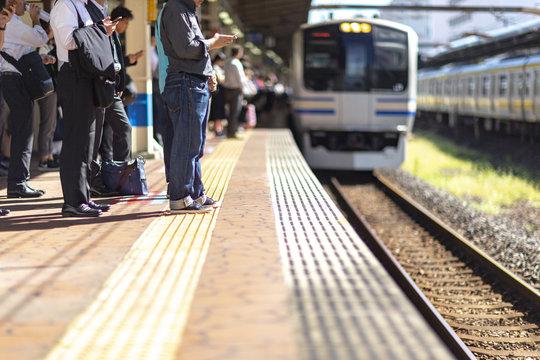 電車 混雑 通勤 ラッシュ 早朝 残業 女性 痴漢 犯罪 列 在宅 非常停止 ボタン