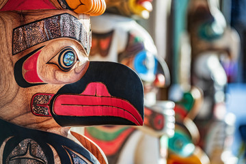 Photo sur Aluminium Etats-Unis Alaska totem pole carving art sculture store in tourist travel attraction town on Alaska cruise. Ketchikan, Juneau, Skagway stores and shops selling native paintings and art.