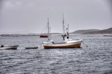 Norwegen, Regen, Sturm, Hafen, Fischereihafen, Fischernetz, Fischerhütte, Hütte, Boot, Fischerboot, Kai, Pier, Valøya, Austafjord, Bucht, Vikna, Trøndelag, Weg,