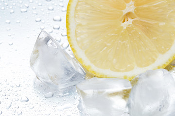Photo sur Aluminium Eclaboussures d eau Lemon ring with ice on a silvery background closeup
