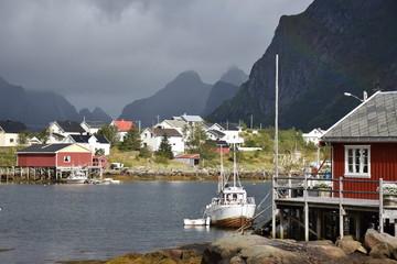 Norwegen, Lofoten, Reine, Fischerdorf, Fischerboot, Boot, Rorbu, Fischerhåtte, Moskenes, Reinebringen, Klettern, Fjord, Brücke, Steg, Holzsteg, Reinevågen,