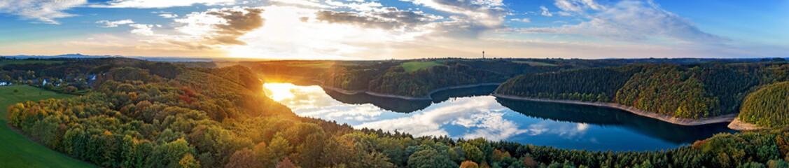 Luftbild eines Sees im Sonnenuntergang