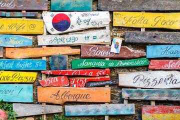 Carteles, indicadores en madera en color. Camino de Santiago, Galicia, España.