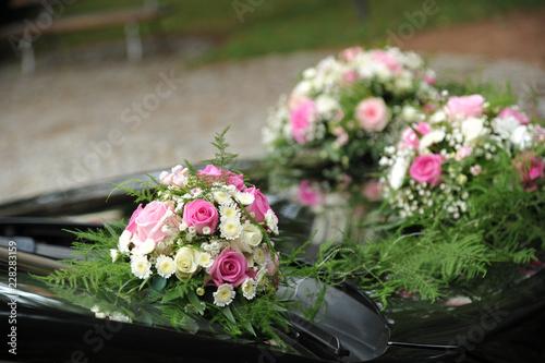 Blumendeko Und Schleifen Am Brautauto Hochzeit Stock Photo And